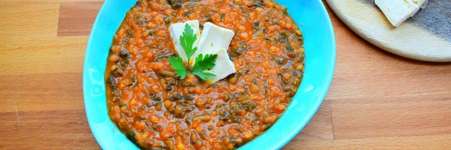Linsen-Spinat-Suppe mit Ziegencamembert