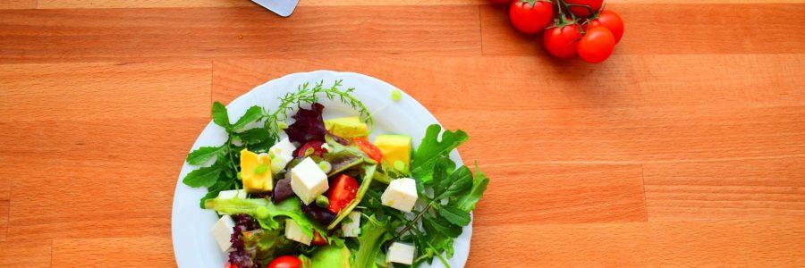 Kräuterblini mit Salat und Capra